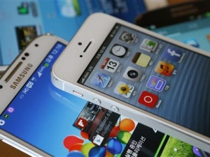 Apple's iPhone 5 (top) and Samsung Electronics' Galaxy S4.