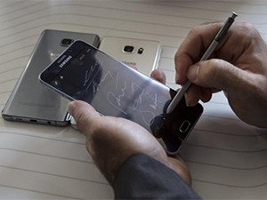 A man writes on a Samsung Galaxy Note 5 at the product's launch event in New York yesterday.
