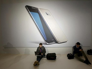 In a bid to recapture market share, Samsung launched two new versions of its Galaxy S smartphones.