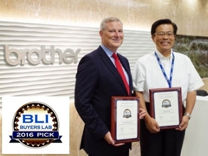President Toshikazu Koike receives plaques from BLI.