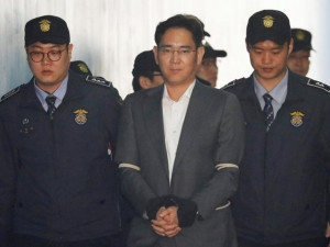 Samsung Group chief Jay Y Lee arrives at a court in Seoul.