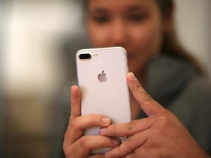 Virgin Mobile USA will first be offered in Apple's stores then online.