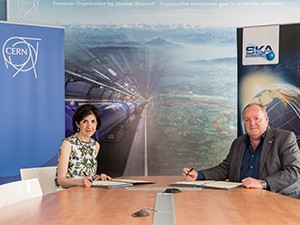 Dr Fabiola Gianotti, CERN's director general, and professor Philip Diamond, SKA director general, signing the co-operation agreement.