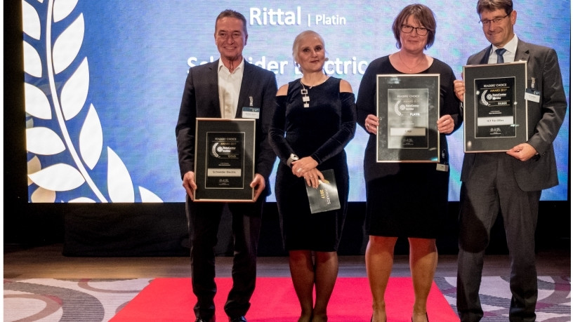 Barbel Muller (second from right), Rittal Product Management IT, accepted the first prize (platinum) in the Vogel IT-Medien Readers' Choice Awards in the micro data centre category.