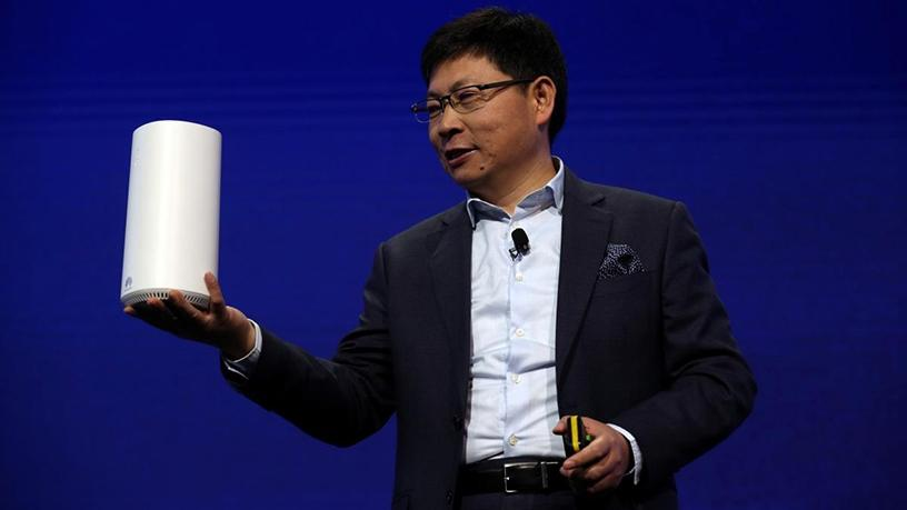 Richard Yu, CEO of Huawei's consumer business group, holding the 5G CPE.
